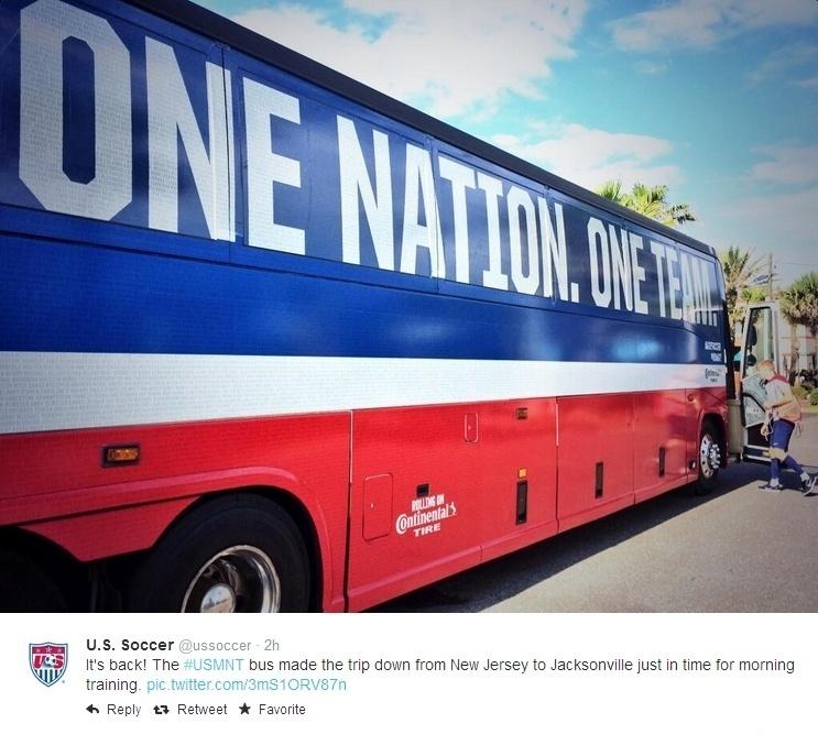 Ônibus da seleção de futebol dos Estados Unidos, com fuselagem pintada