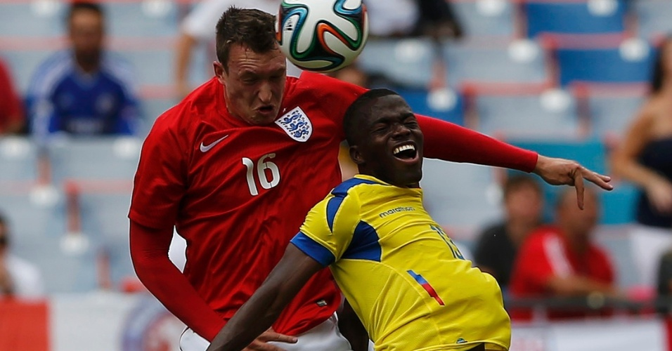 Phil Jones, da Inglaterra, e Enner Valencia, do Equador, disputam bola durante partida amistosa em Miami