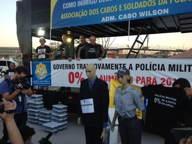 Policiais militares realizam manifestação na região do Itaquerão