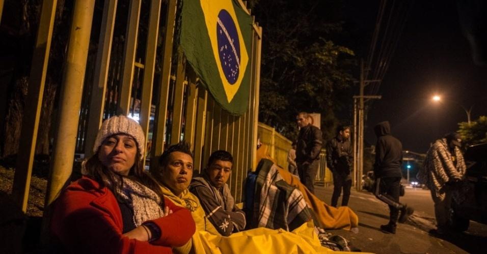 Precavidos, torcedores levaram edredon para encarar o frio da madrugada em São Paulo
