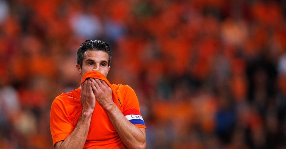 Robin Van Persie, da Holanda, lamenta chance perdida em amistoso contra o País de Gales, na Amsterdam Arena
