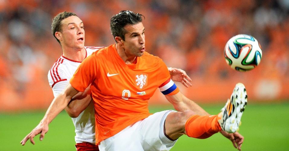 Robin van Persie disputa bola em amistoso preparatório contra País de Gales, em Amsterdã