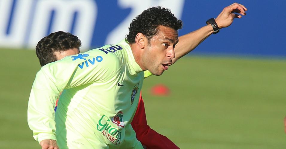 04.jun.2014 - Atacante Fred disputa lance durante treino da seleção na Granja Comary