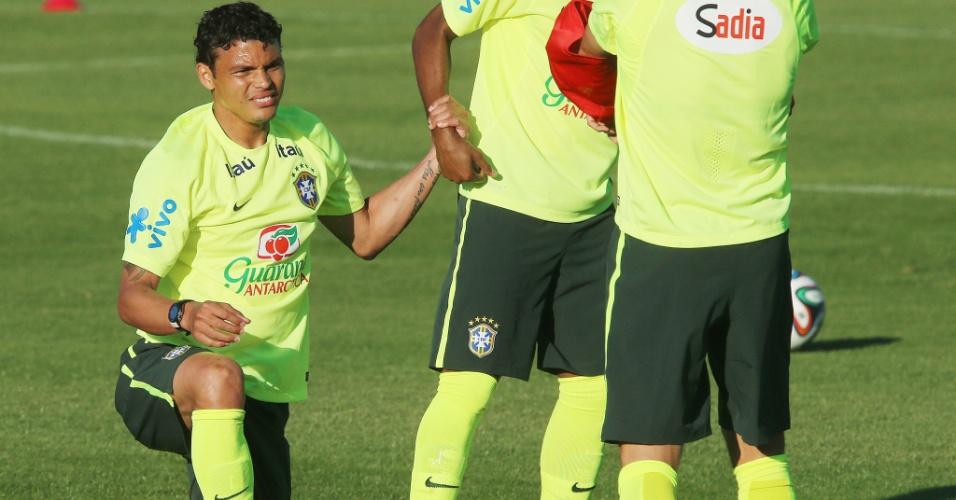 04.jun.2014 - Zagueiro Thiago Silva é levantado por companheiro durante treino do Brasil na Granja Comary