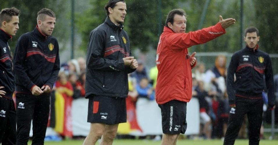 Técnico Marc Wilmots faz gestos durante treino da equipe belga