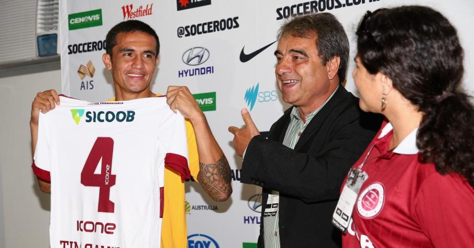 Tim Cahill, da Austrália, exibe camisa da Desportiva Ferroviária, de presente de presidente do clube