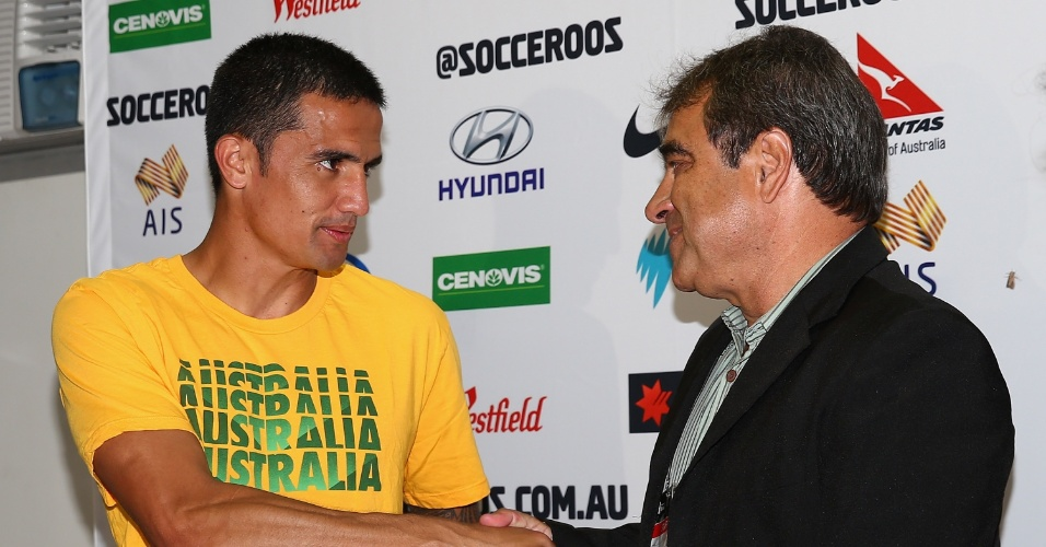 Tim Cahill, da Austrália, recebe camisa da Desportiva Ferroviária, de presente de presidente do clube