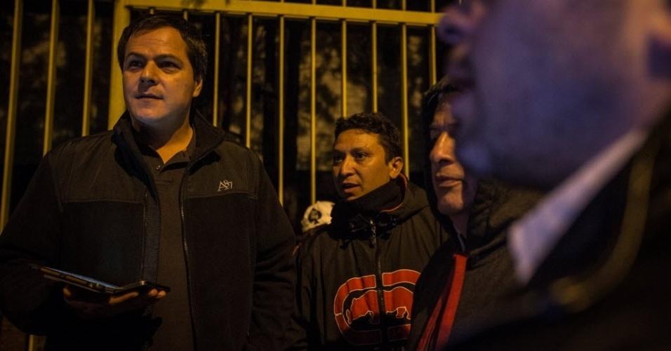 Torcedores fazem fila durante a madrugada em frente ao ginásio do Ibirapuera para comprar ingressos para a Copa