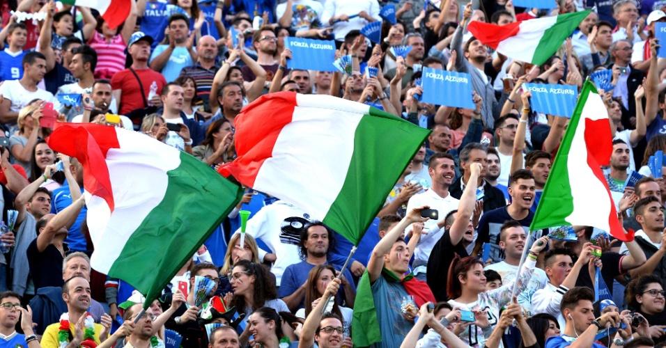 Torcedores italianos fazem a festa antes do pontapé inicial do amistoso entre Itália e Luxemburgo em Perúgia
