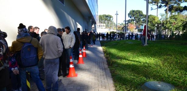 Torcedores enfrentam fila em Curitiba para pegar seus ingressos
