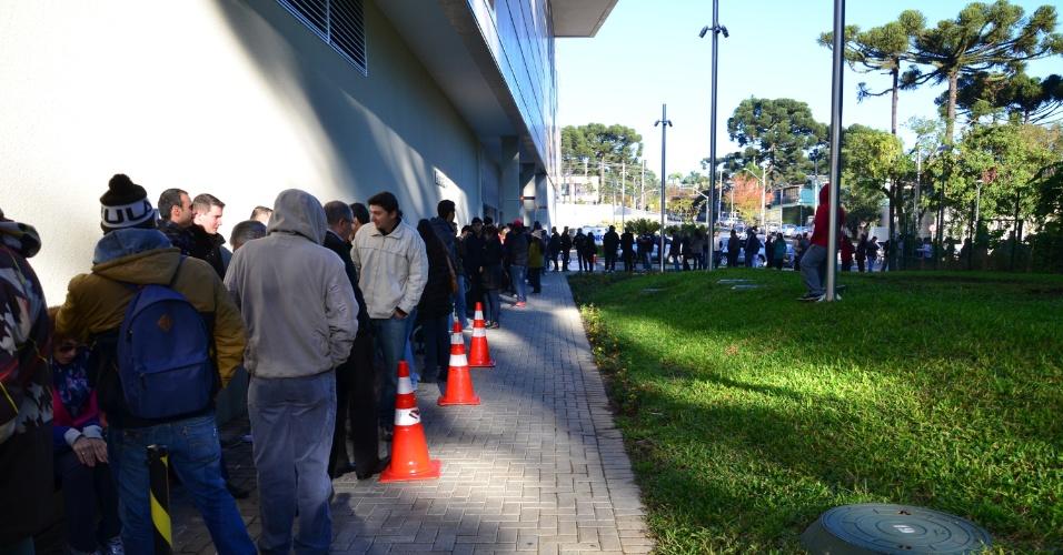 Torcedores que foram comprar ingressos para a Copa em Curitiba tiveram que enfrentar longa fila, mas sem confusão