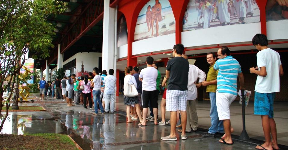 Venda de ingressos em Manaus para a Copa do Mundo aconteceu sem confusão ou maiores problemas; Apesar de muitos torcedores dormirem na fila, isso não garantiu que pudessem comprar ingressos para os principais jogos do torneio