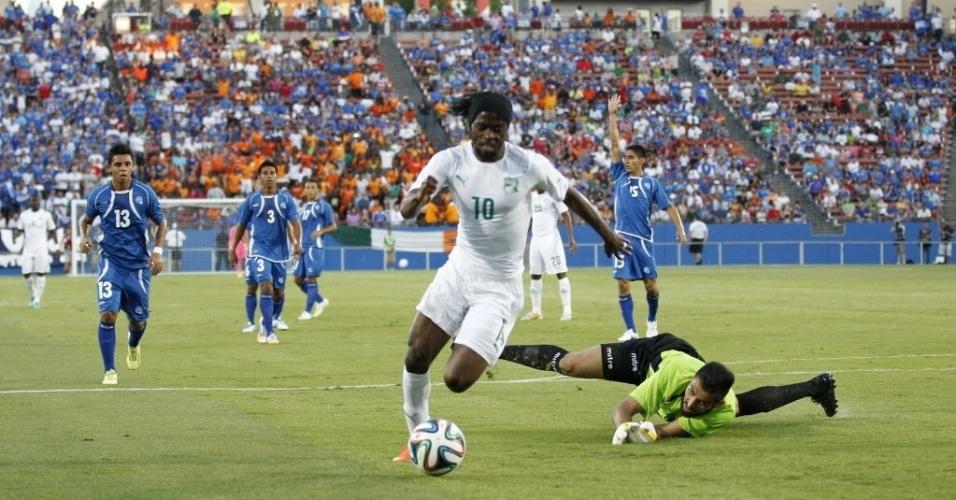 04.jun.2014 - Gervinho passa pelo goleiro Hernández, de El Salvador, para marcar na vitória da Costa do Marfim