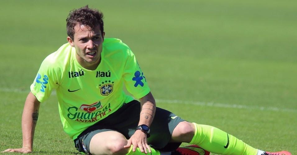 05.jun.2014 - Bernard cai no gramado durante treino com bola da seleção brasileira na Granja Comary, em Teresópolis