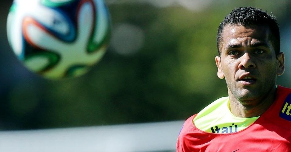 05.jun.2014 - Daniel Alves observa a bola durante treinamento da seleção brasileira na Granja Comary