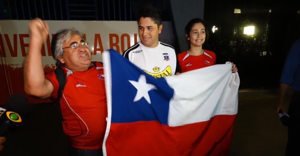 05.jun.2014 - Família de chileno dá plantão na Toca da Raposa para receber seleção