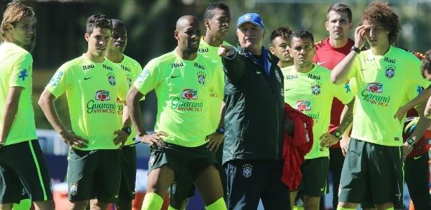 Felipão orienta jogadores da seleção brasileira durante treino na Granja Comary