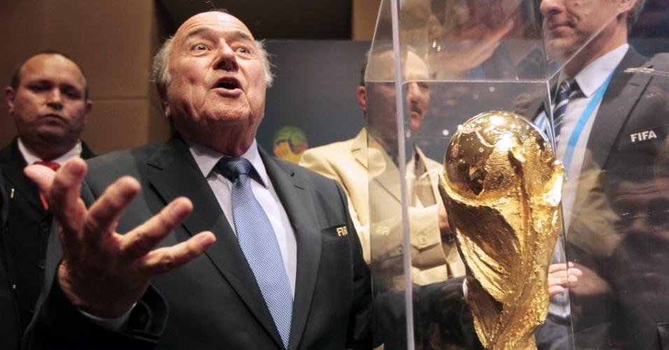05.jun.2014 - Jospeh Blatter com a Taça, após conferência de imprensa em São Paulo