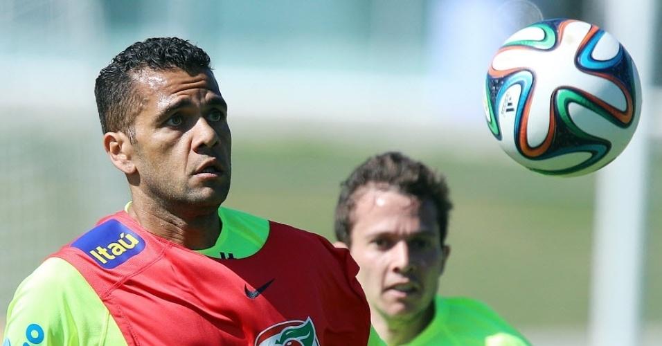 05.jun.2014 - Muito cobrado no treino desta quinta-feira (05/06) Daniel Alves tenta dominar a bola durante coletivo entre titulares e reservas