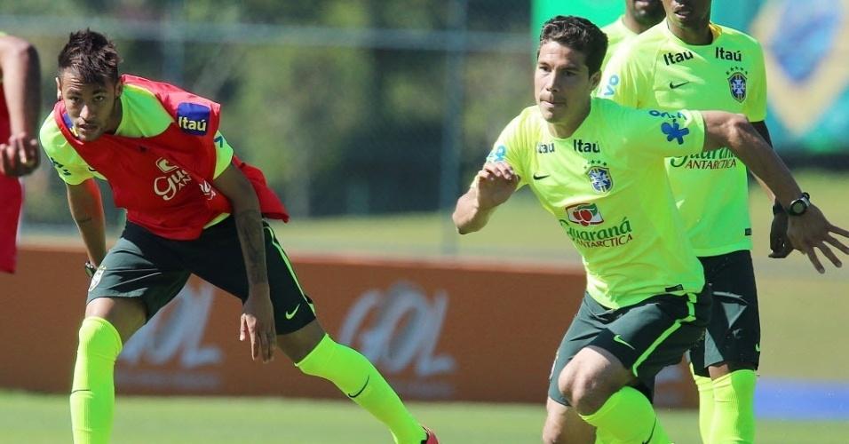 05aac46820 05.jun.2014 - Neymar e Hernanes apostam corrida pela bola durante coletivo  no