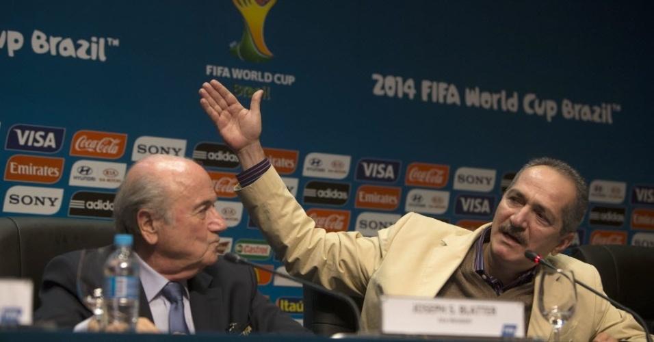 05.jun.2014 - O ministro dos Esportes, Aldo Rebelo, e Joseph Blatter falam em coletiva de imprensa em São Paulo