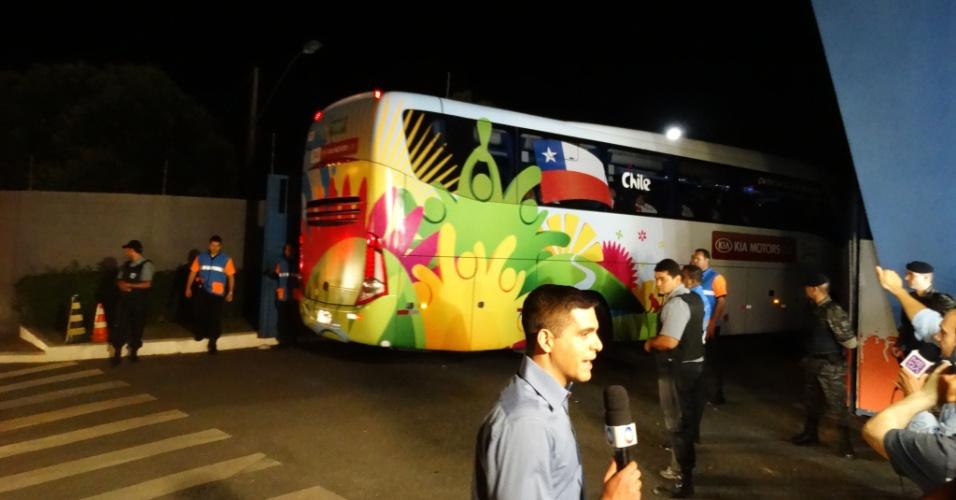 05.jun.2014 - Ônibus com a delegação da seleção chilena entra na Toca da Raposa