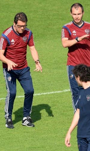Fabio Capello, técnico da Rússia, gesticula com seus comandados em treino em Moscou