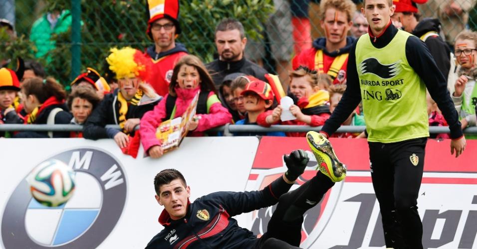 Goleiro Thibaut Courtois e Adnan Januzaj participam de treino da Seleção da Bélgica em Knokke-Heist