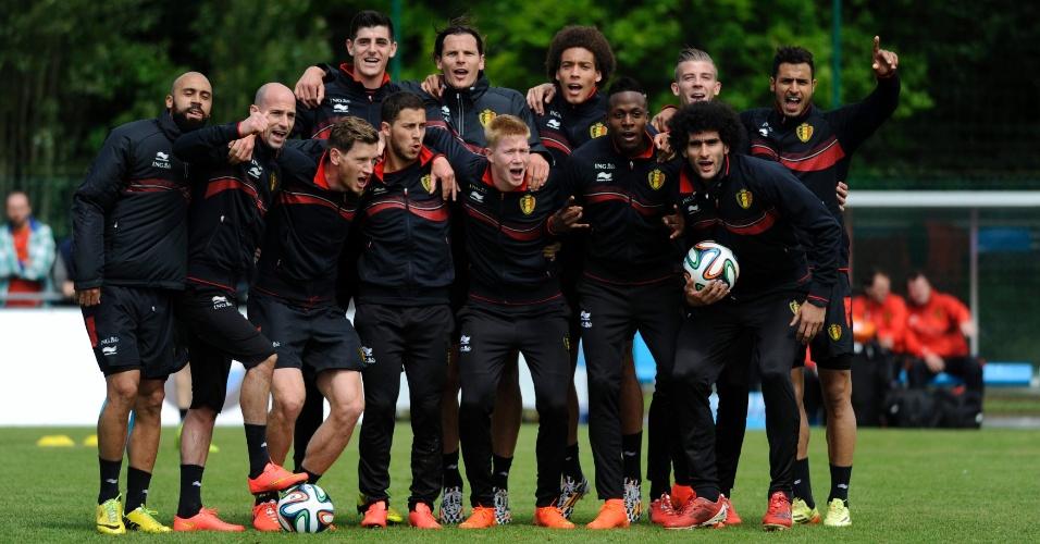 Jogadores da seleção da Bélgica posam para fotografia durante sessão de treino em Knokke-Heis