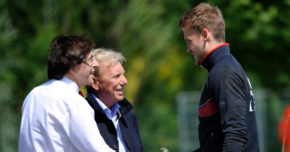 Primeiro-ministro belga Elio Di Rupo cumprimenta Simon Mignolet, em visita à treino da seleção da Bélgica em Knokke-Heist
