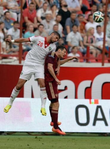 06.jun.2014 - Alan Dzagoev (dir),da Rússia, disputa bola de cabeça com o marroquino Omar El Kaddouri durante amistoso antes da Copa do Mundo