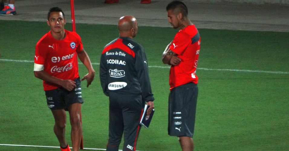 06.jun.2014 - Alexis Sánchez, Jorge Sampaoli e Vidal durante treino do Chile em BH