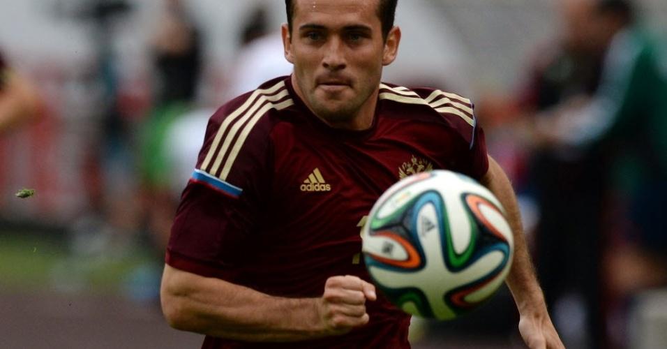 06.jun.2014 - Atacante Alexander Kerzhakov corre em direção a bola durante amistoso da Rússia com o Marrocos