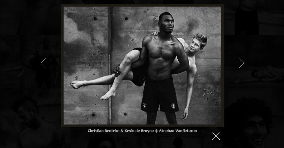 06.jun.2014 - Atacante Christian Benteke e meia Kevin de Bruyene (atrás) posam para ensaio fotográfico da seleção belga