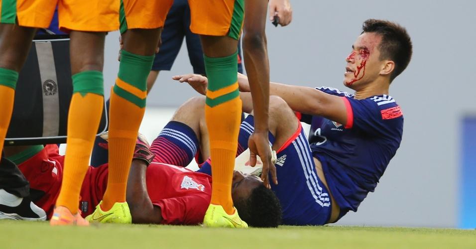06.jun.2014 - Atacante japonês Okazaki leva a pior após trombada com goleiro de Zâmbia em amistoso pré-Copa do Mundo