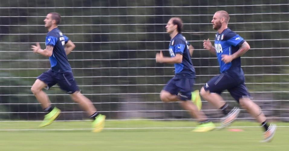 06.jun.2014 - Bonucci, Paletta e De Rossi correm pelo campo durante treinamento da seleção italiana em Mangaratiba, no Rio de Janeiro