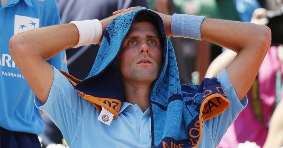 06.jun.2014 - Djokovic tenta aliviar o calor de Paris durante o jogo contra Ernests Gulbis na semifinal em Roland Garros