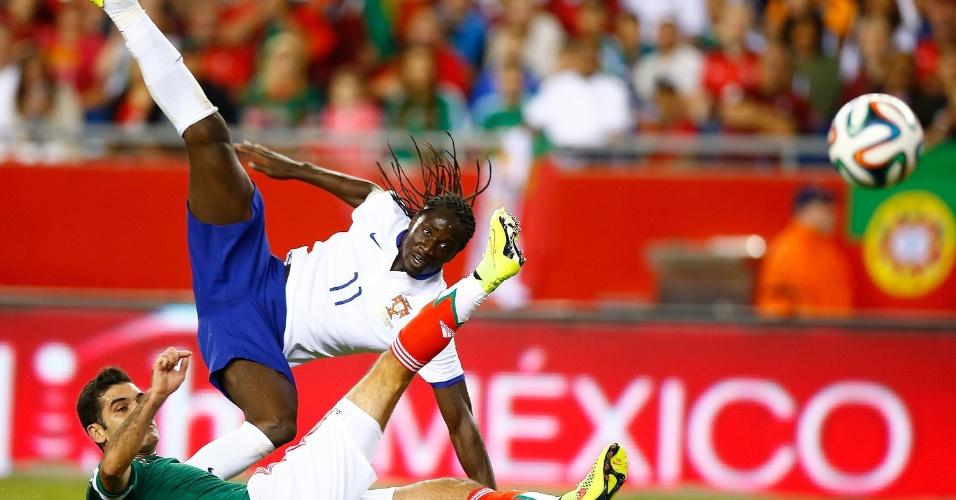 Éder (acima) e Rafa Márquez observam trajetória da bola após finalização do atacante português