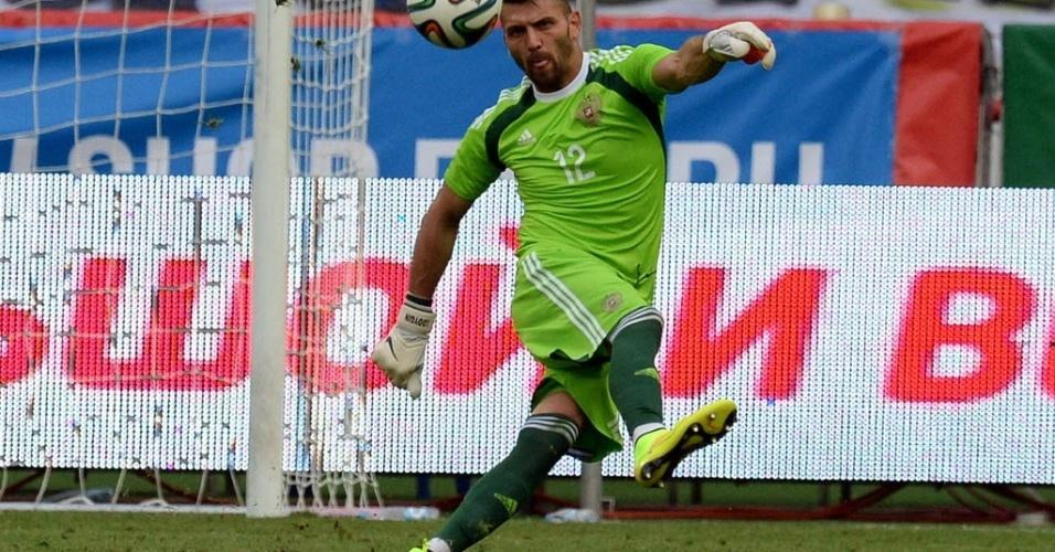 06.jun.2014 - Goleiro Yury Lodygin, da Rússia, cobra tiro de meta durante amistoso contra o Marrocos. Ele entrou no segundo tempo de jogo.