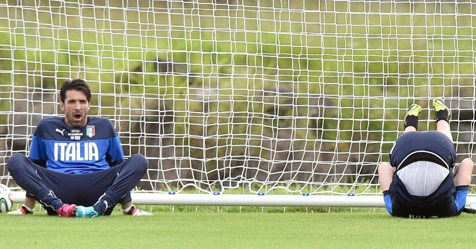 06.jun.2014 - Goleiros Buffon (esq.) e Mirante (dir.) participam de treinamento da seleção italiana em Mangaratiba, no Rio de Janeiro
