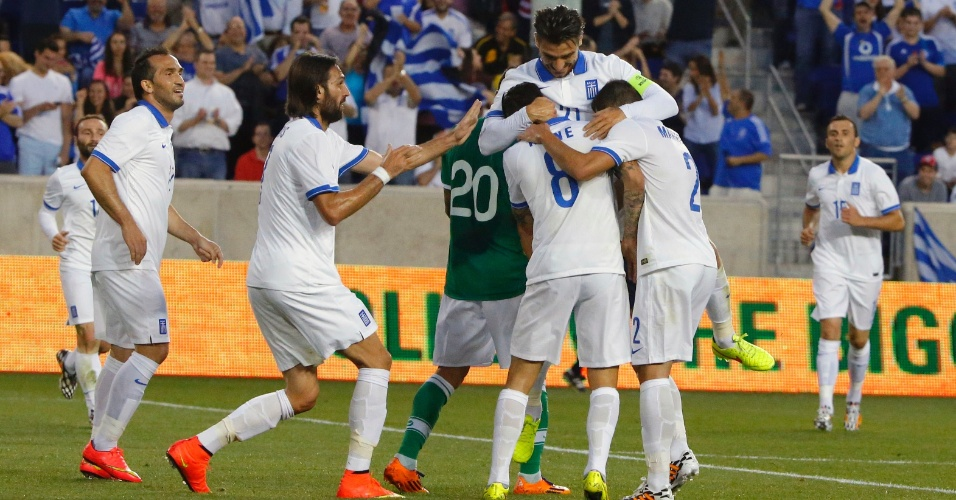 06.jun.2014 - Gregos comemoram gol de Panagiotis Kone em amistoso contra a Bolívia, em Nova Jersey