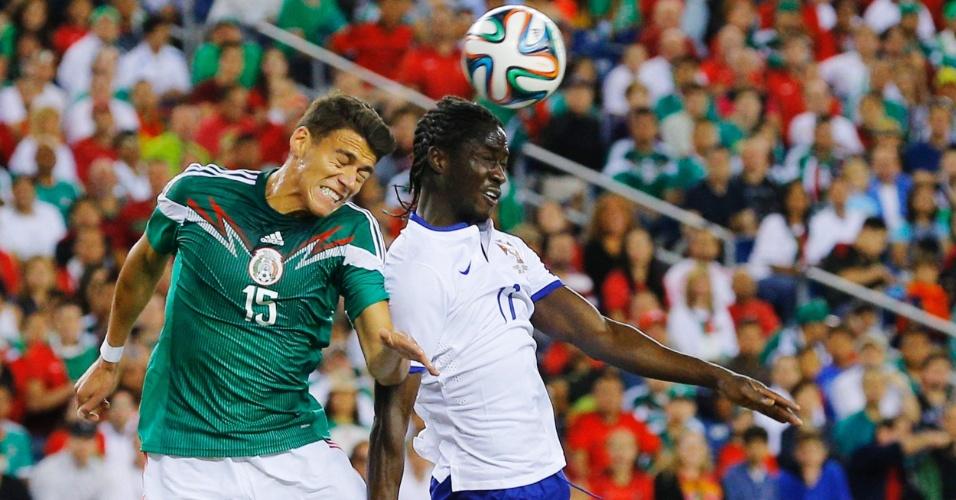 Héctor Moreno disputa bola pelo alto com atacante Éder em amistoso entre México e Portugal, nos Estados Unidos