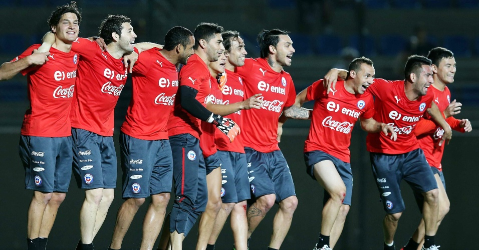 06.jun.2014 - Jogadores chilenos se divertem durante treinamento realizado em Belo Horizonte