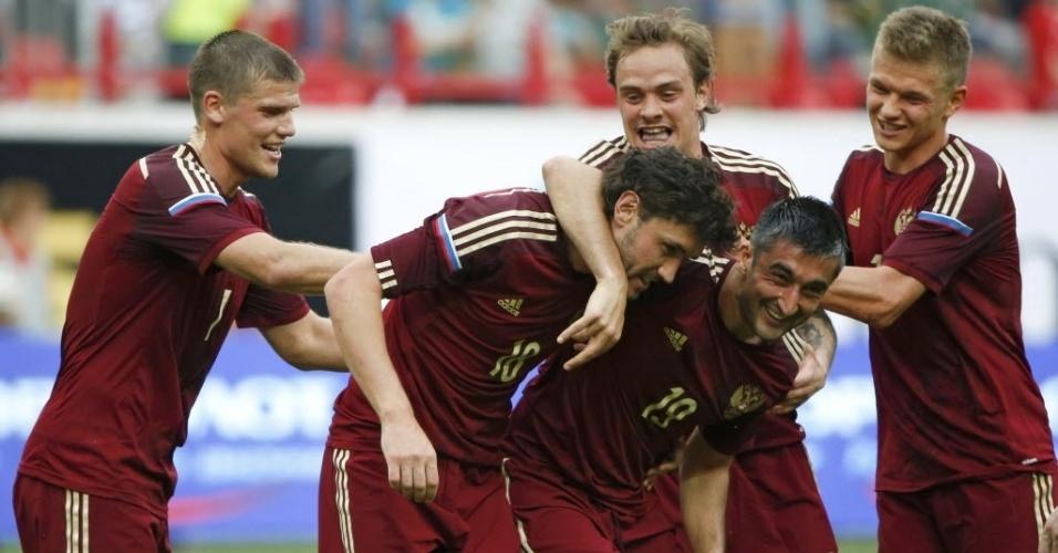 06.jun.2014 - Jogadores da Rússia comemoram gol no amistoso contra o Marrocos, o último da seleção russa antes da Copa do Mundo
