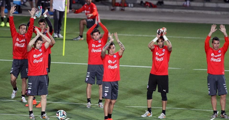 06.jun.2014 - Jogadores do Chile agradecem recepção de torcedores que acompanharam treinamento em Belo Horizonte