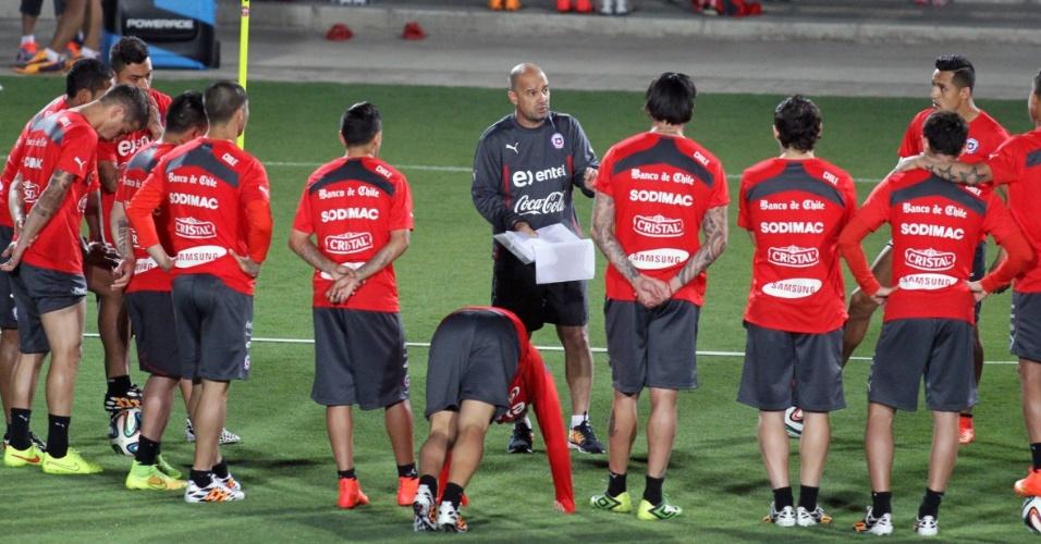 06.jun.2014 - Jogadores do Chile ouvem instruções do técnico Jorge Sampaoli durante treinamento realizado em Belo Horizonte