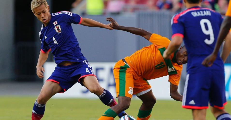 06.jun.2014 - Meia Honda, do Milan, disputa bola com jogador de Zâmbia em amistoso da seleção japonesa em Tampa, nos Estados Unidos