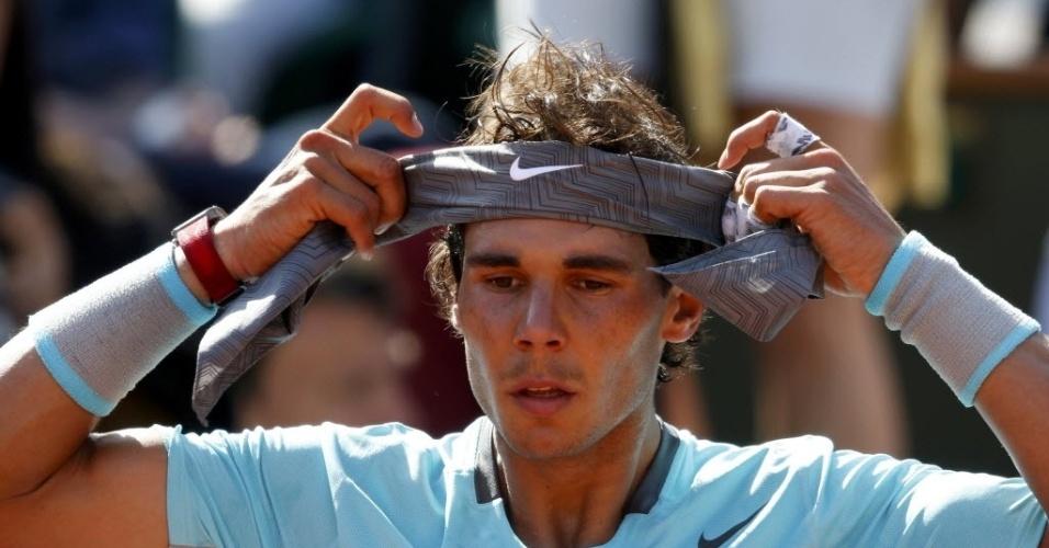 06.jun.2014 - Nadal arruma faixa na cabeça durante semifinal de Roland Garros contra Andy Murray