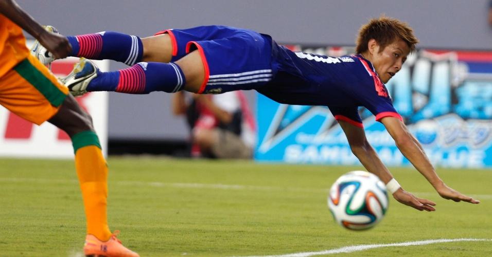 06.jun.2014 - Yoichiro Kakitani 'mergulha' para cabecear bola em amistoso entre Japão e Zâmbia, nos Estados Unidos