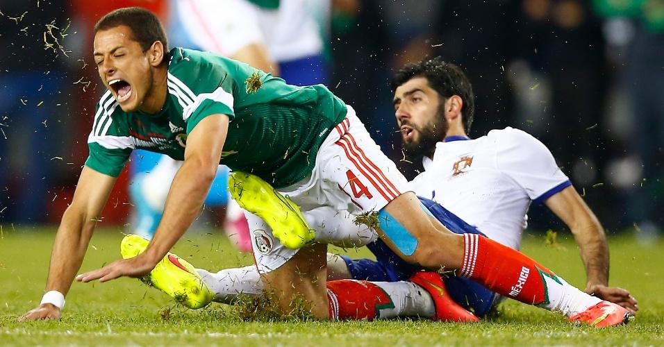Chicharito Hernández vai ao chão após levar carrinho de Neto em amistoso entre México e Portugal